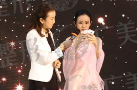 杨慧雯表演魔术