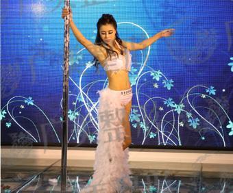 徐丽表演钢管舞
