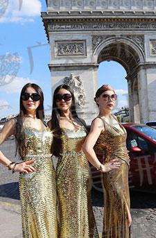 三位中法形象大使在法国凯旋门前合影